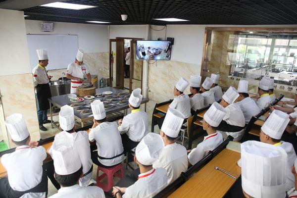 想学厨师,我们该怎样选择职业厨师培训学校?